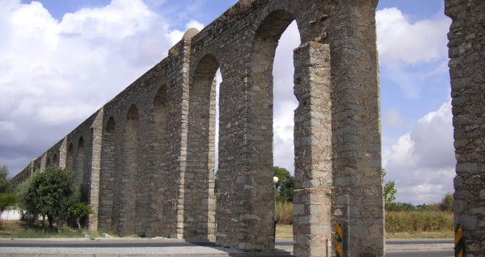 Akvadukt stříbrné vody - https://pt.wikipedia.org/wiki/Ficheiro:Aqueduto_da_Agua_da_Prata.jpg