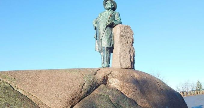 Socha Kragstøtten - https://commons.wikimedia.org/wiki/File:Kragst%C3%B8tten_I.jpg