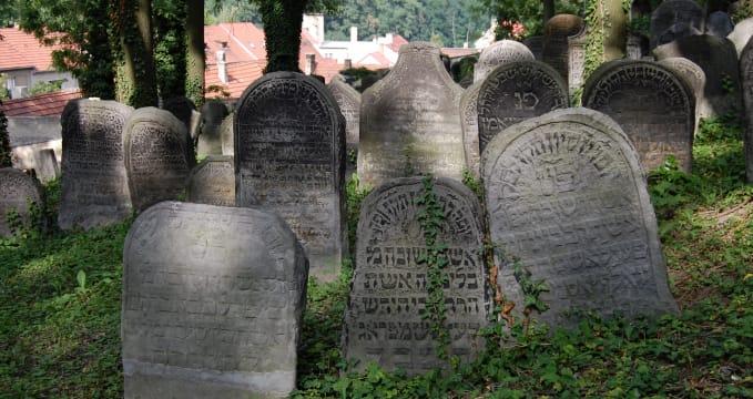 Starý židovský hřbitov - https://cs.wikipedia.org/wiki/Star%C3%BD_%C5%BEidovsk%C3%BD_h%C5%99bitov_v_Roudnici_nad_Labem#/media/File:Old_Jewish_Cemetery_in_Roudnice_nad_Labem,_08-2012,_20.JPG