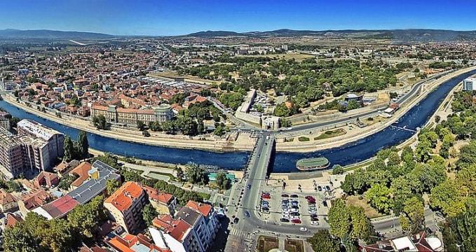 Posezení u řeky Nišava - https://commons.wikimedia.org/wiki/File:Panorama_Nisa.JPG