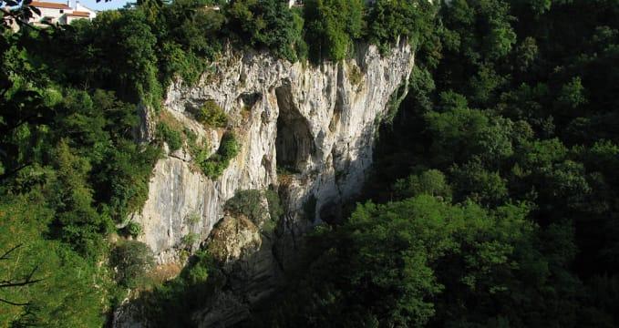 Propast - https://commons.wikimedia.org/wiki/File:Pazin_(Fojba-Schlucht)_2.jpg