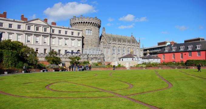Dublinský hrad a jeho zahrady - https://commons.wikimedia.org/wiki/File:The_Dubhlinn_Gardens_Dublin_Castle_01.JPG