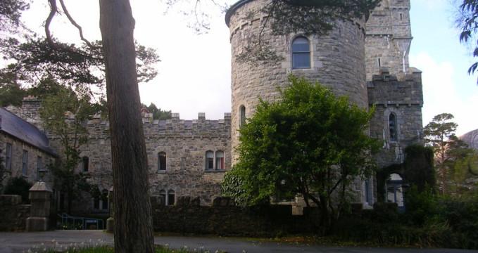 Glenveaghský hrad - https://commons.wikimedia.org/wiki/File:IE_Glenveagh_Castle_01.jpg