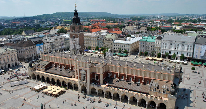 Hlavní náměstí - https://commons.wikimedia.org/wiki/File:A-10_Sukiennice_w_Krakowie_Krak%C3%B3w,_Rynek_G%C5%82%C3%B3wny_MM.jpg