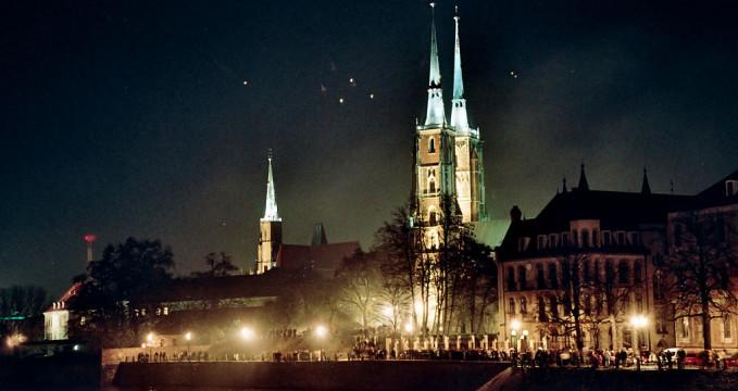 katedrála na Ostrówe Tumski - https://commons.wikimedia.org/wiki/File:Wroclaw_Catherdral_from_bridge.jpg