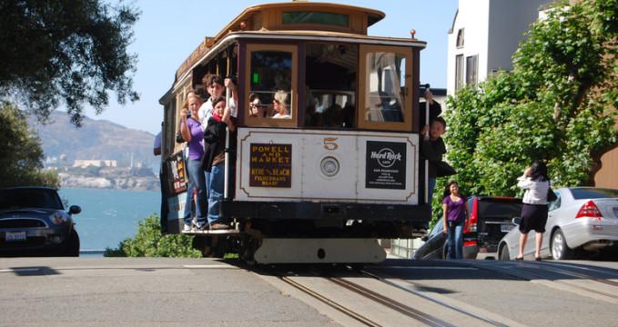 Cable cars přejíždějící přes úbočí kopce Hyde Street - http://www.flickr.com/photos/pfsullivan_1056/3739302895/