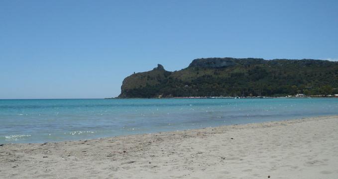 Pláž Poetto - https://en.wikipedia.org/wiki/Cagliari_metropolitan_city#/media/File:Plage_%22Il_Poetto%22,_Cagliari.JPG
