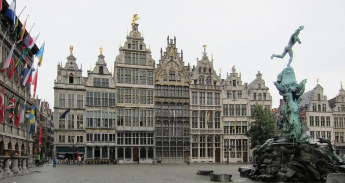 Grote Markt - https://www.flickr.com/photos/alanstanton/5894018940/