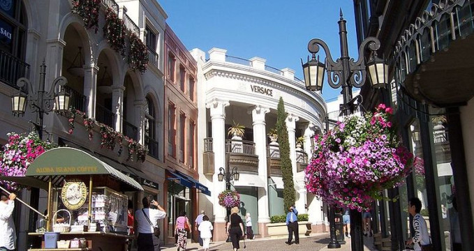 Via Rodeo Dr - http://commons.wikimedia.org/wiki/File:Via_Rodeo_Dr.JPG