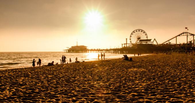 Santa Monica pláž - https://www.flickr.com/photos/multimaniaco/13870251534