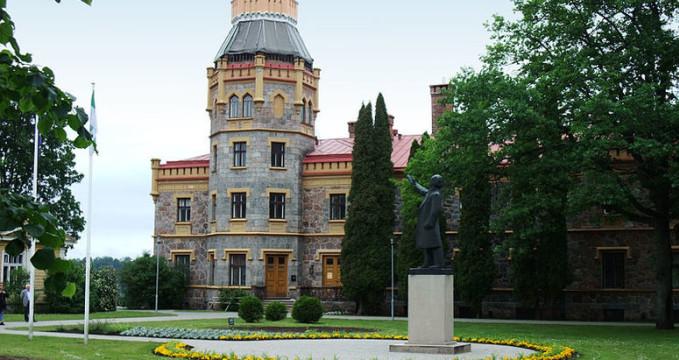 Nový hrad v Siguldě - http://commons.wikimedia.org/wiki/File:Sigulda-Neues_Schloss01.jpg?uselang=lv