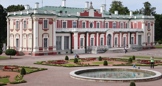 Palác Kadriorg - https://www.flickr.com/photos/dalbera/7644638844