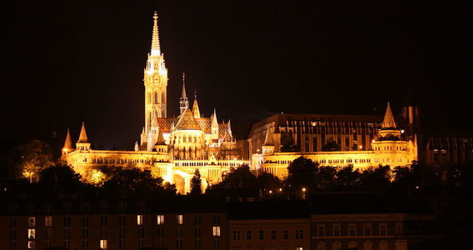 Kostel Mátyás  - http://commons.wikimedia.org/wiki/File:Budapest,_Matthias_Church_and_Fishermens_Bastion_%286785010010%29.jpg