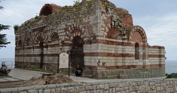 Kostel sv. Jana Aliturgetose - https://commons.wikimedia.org/wiki/File:Church_of_Saint_John_Aliturgetos,_Nesebar_01.JPG