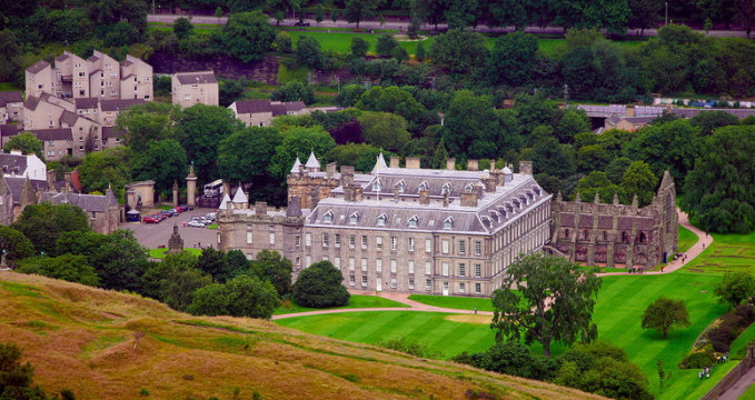 Palác Holyrood - https://commons.wikimedia.org/wiki/File:Holyrood_Palace_gnu1742.jpg