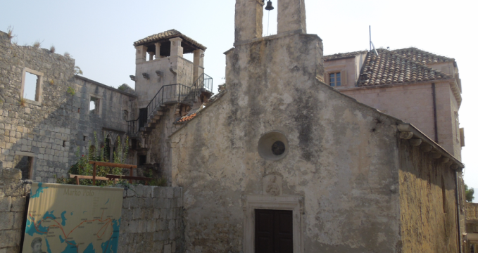 Rodný dům Marka Pola - https://commons.wikimedia.org/wiki/File:Korcula,_St._Peter%27s_Church_and_alleged_Marco_Polo_birth_house_(left).png?uselang=cs