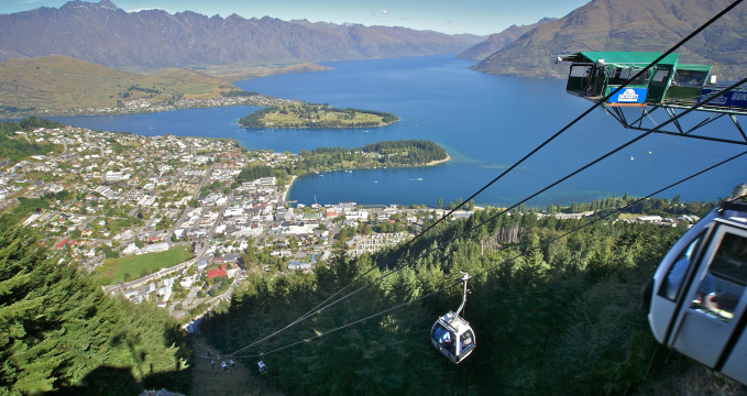Výhled na Queenstown z vrcholku Gondoly - https://commons.wikimedia.org/wiki/File:Queenstown,_New_Zealand_-gondola-16Jan2008.jpg