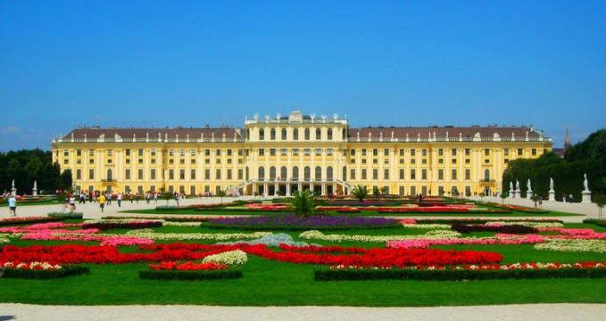 Zámek Schönbrunn - http://commons.wikimedia.org/wiki/File:Sch%C3%B6nbrunn_Palace_01.jpg