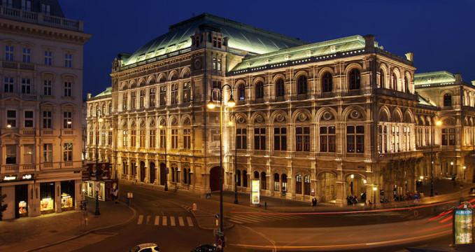 Vídeňská státní opera - http://commons.wikimedia.org/wiki/File:Vienna_State_Opera_(Wiener_Staatsoper)_Night.jpg