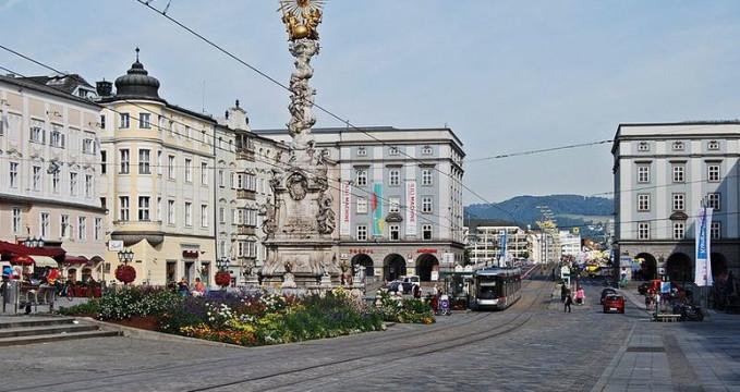 Sloup sv. Trojice na hlavním náměstí v Linz - http://commons.wikimedia.org/wiki/File:Hauptplatz_Linz_September_2013.jpg
