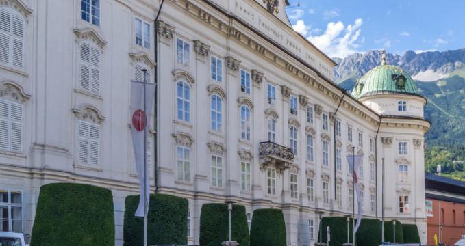 Hofburg v Innsbrucku - https://www.flickr.com/photos/himmelskratzer/242520604
