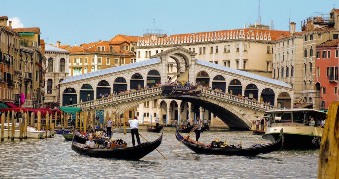 Rialto Bridge - https://www.flickr.com/photos/llamnuds/2231903771
