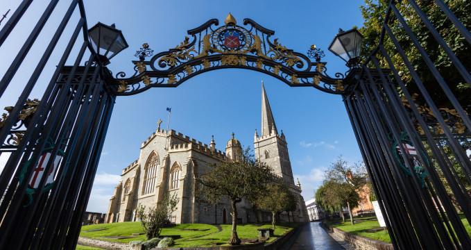 Katedrála sv. Columba v Derry - https://www.flickr.com/photos/nicokaiser/10057986463/