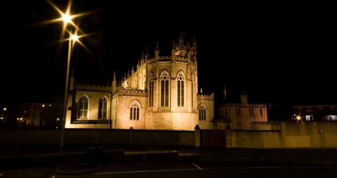 Osvětlený kostel svatého Patrika v Newry - https://www.flickr.com/photos/photographphil/4311922895