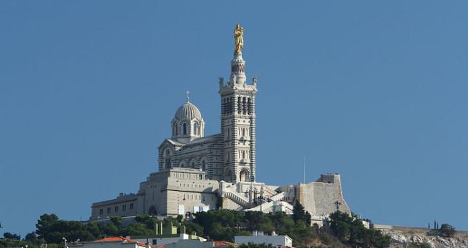 Notre Dame de la Garde - https://commons.wikimedia.org/wiki/File:Marseille_Notre-Dame_de_la_Garde_vue_du_vieux_port.jpg