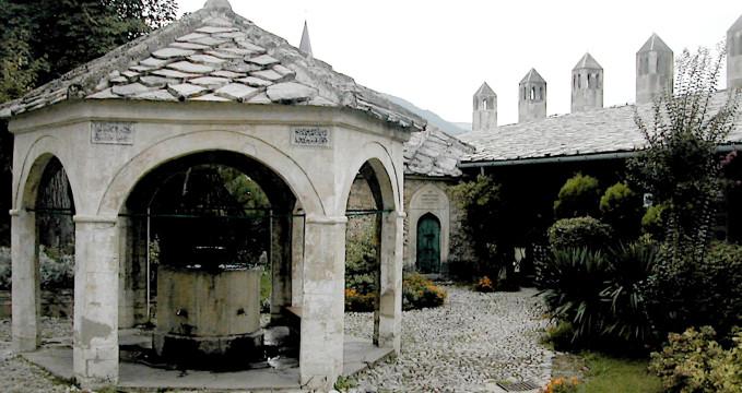 Karađozbegova mešita  - http://sh.wikipedia.org/wiki/Kara%C4%91ozbegova_d%C5%BEamija#/media/File:Mostar_Karadjoz_Beg_Moschee.jpg