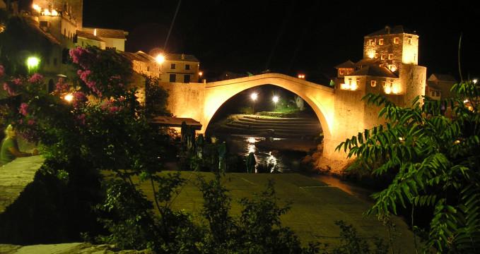 Starý Most - http://tr.wikipedia.org/wiki/Mostar_K%C3%B6pr%C3%BCs%C3%BC#/media/File:Mostar_-_stari_most.jpg