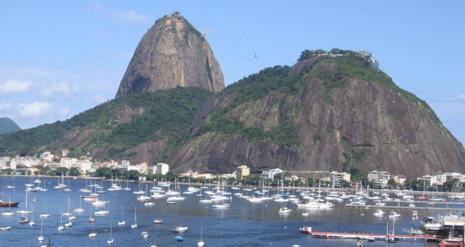 Cukrová homole a Morro da Urca  - https://en.wikipedia.org/wiki/Sugarloaf_Mountain#/media/File:PaodeAcucar.JPG