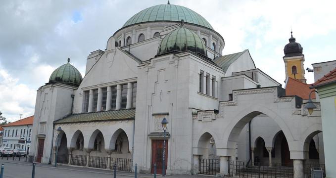 Synagoga - https://commons.wikimedia.org/wiki/File:Tren%C4%8D%C3%ADn_-_Synag%C3%B3ga_a_%C5%BEidovsk%C3%A1_%C5%A1kola.jpg?uselang=cs