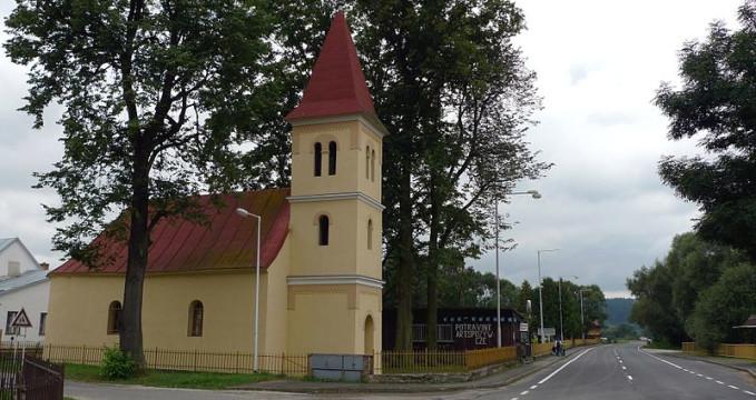 Klášter - https://commons.wikimedia.org/wiki/File:Cerveny_Klastor_kostel.JPG?uselang=cs