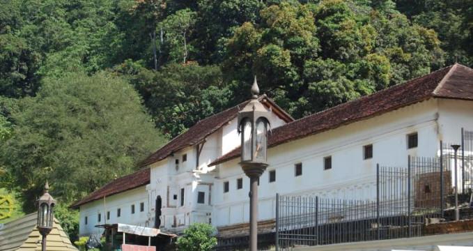 Královský palác - https://en.wikipedia.org/wiki/Royal_Palace_of_Kandy#/media/File:Royal_Palace_Kandy.JPG