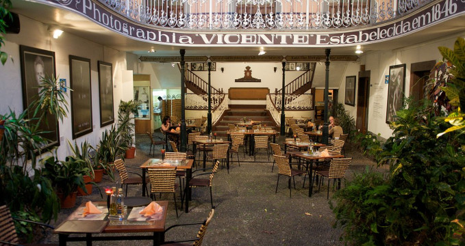 Museu Photographia Vicentes - https://pt.wikipedia.org/wiki/Museu_de_Fotografia_-_Vicentes#/media/File:Funchal_-_Photographia_Vicente.jpg