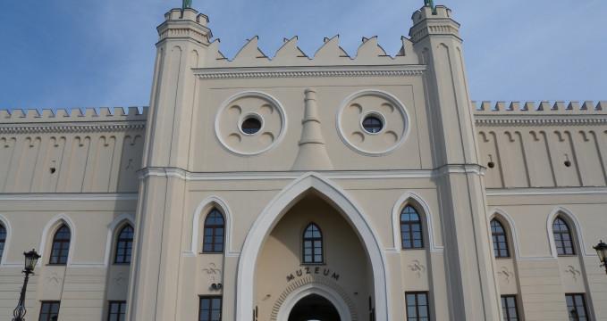 Zámek v Lublinu - https://www.flickr.com/photos/emandernie/8074515275/in/photolist-7V3wtP-diw15B-9YB2JH-9YDVMq-dPn9W9-6D3juj-9YB2aX-fEWBER-6D3jsh-6CYavF-9YDW2m-6CYafn-6CYayp-8QdEN2-zN3DXs-8Q92Ck-5SW3NE-dqGyQP-dqGGj7-dqGTw5-6D4a5d-nK1Fa7-6CYa3Z-6D4a6d-6CYaEH-dqGHcb-f2E6Qr-fEW6Tt-fFdJ3L-9YDWoY-6D3je7-fFcVRh-fFcSg3-6D3jfW-fFdvW5-fEVCQ6-MyKosJ-MurCW8-udZsx-6CYbRF-6D3j2Y-6CYa2c-f2Uevq-6D3jaJ-6D3iZm-6CYada-5d2cVX-6D3j9d-qXHVtT-f2TXrJ/