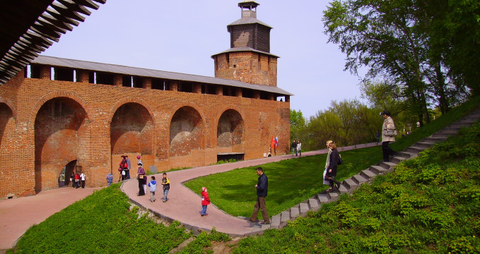 Kreml - https://en.wikipedia.org/wiki/Kremlin#/media/File:Nizhny_Novgorod_Clock_Tower_3.JPG