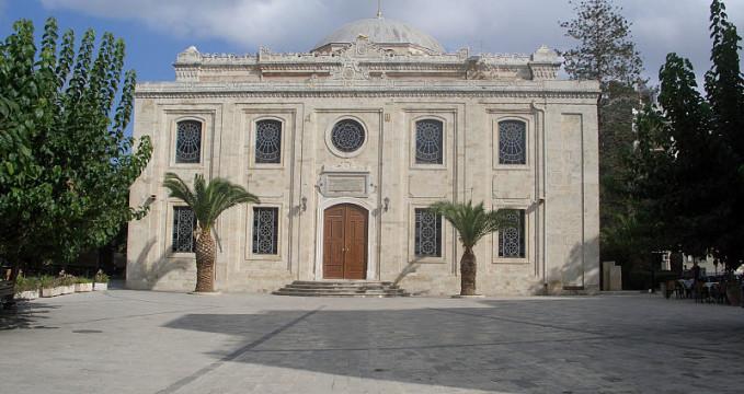 Kostel sv. Tita - https://commons.wikimedia.org/wiki/File:Apostle_Titus_Church_in_Iraklio_(244433163).jpg?uselang=cs