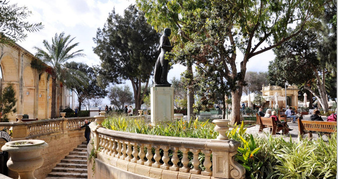 Upper Barrakka Gardens ve Vallettě - https://www.flickr.com/photos/korom/16854501971/