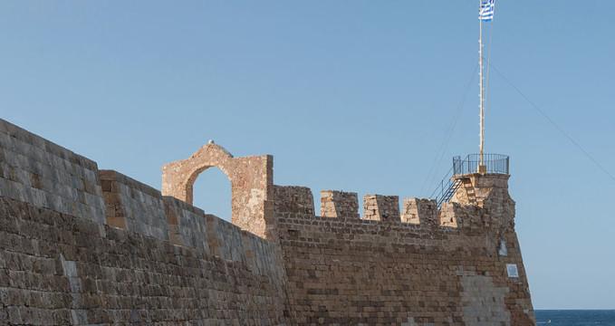 Pevnost Firkas - https://commons.wikimedia.org/wiki/File:Flag_harbour_Chania_Crete_Greece.jpg?uselang=cs