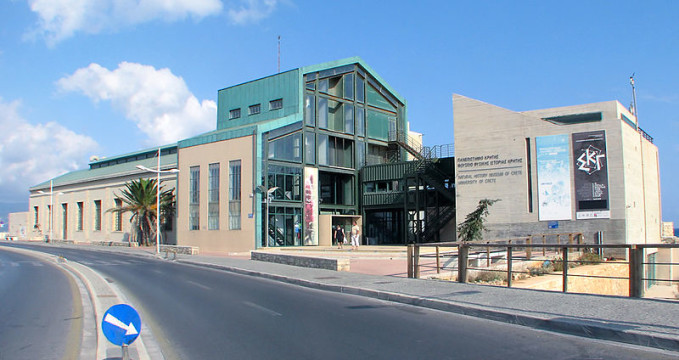 Přírodní muzeum v Herakleionu - https://commons.wikimedia.org/wiki/File:Natural_History_Museum_of_Crete_Bldg.jpg?uselang=cs