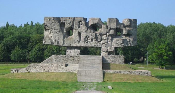 Majdanek - https://cs.wikipedia.org/wiki/Soubor:Majdanek_pomnik.jpg