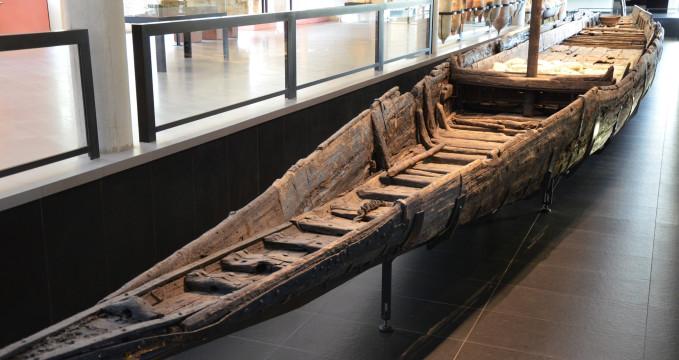 Veslice z 1. století - https://commons.wikimedia.org/wiki/File:Mus%C3%A9e_de_l'Arles_antique,_Arles,_France_%2816006774188%29.jpg