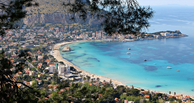 Spiaggia di Mondello  - https://it.wikipedia.org/wiki/Mondello#/media/File:Il_golfo_di_Mondello.jpg