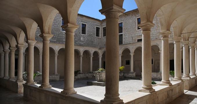 Františkánský klášter v Zadaru - https://commons.wikimedia.org/wiki/File:Kloster_St_Francis_Assisi,_Zadar.JPG?uselang=cs