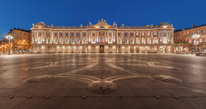 Capitole de Toulouse - https://en.wikipedia.org/wiki/File:Toulouse_Capitole_Night_Wikimedia_Commons.jpg