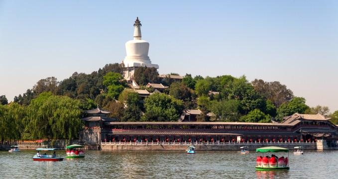 Park Pej-chaj - https://en.wikipedia.org/wiki/Beihai_Park#/media/File:Beihai_park,_beijing,_china.jpg