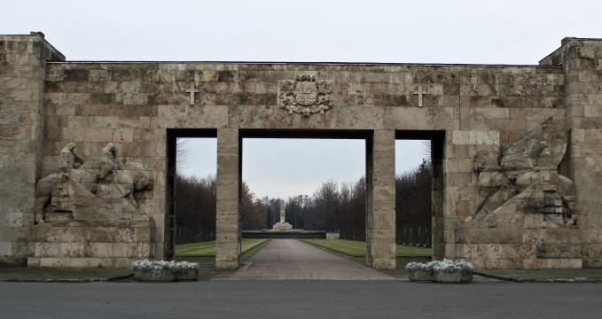 Bratrský hřbitov, Riga - https://ru.m.wikipedia.org/wiki/%D0%A4%D0%B0%D0%B9%D0%BB:Brothers_Cemetery_Riga_02.jpg
