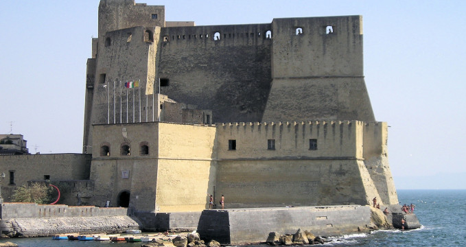 Castell dell´Ovo - https://cs.wikipedia.org/wiki/Castel_dell%27Ovo#/media/File:Castelo_do_Ovo.jpg